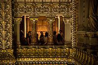 Depuis les toits de la basilique, les benevoles de la basilique de Fourviere vous font decouvrir un panorama unique sur l&rsquo;ensemble du site historique de Lyon, inscrit au patrimoine de l&rsquo;humanite. <br /> La visite insolite commence par l&rsquo;envers du d&eacute;cor : vous decouvrirez les lieux caches de la basilique : la Grande Tribune, le cabinet des architectes, la galerie des Anges, les combles, puis vous accederez au grand carillon de la basilique compose de 23 cloches et enfin vous pourrez monter &agrave; la terrasse St Michel et du sommet de la tour de l&rsquo;Observatoire, qui domine la ville.