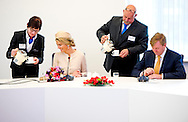 6-5-2014 -   BORCULO   koning Willem-Alexander en koningin Maxima brengen een streekbezoek . Aankomst van Koning Willem-Alexander en  Koningin Máxima per auto bij de voetgangersbrug aan de Lange Wal  COPYRIGHT ROBIN UTRECHT