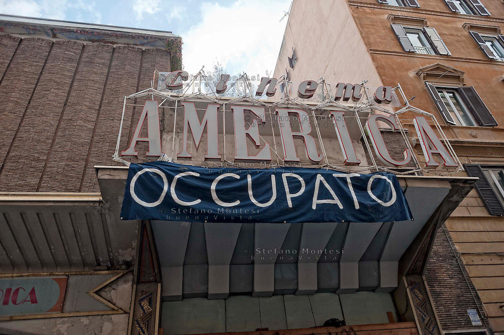 Roma 13 Novembre 2012.Ri_Pubblica, ha occupato il cinema America, a Trastevere..A questo spazio è stato  dato il nome di Ri_Pubblica perchè si vuole aprire una possibilità di riappropriazione dei beni comuni e dei servizi pubblici per tutti/e.