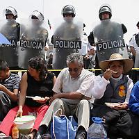 Toluca, Mex.- Habitantes encabezados por el presidente municipal de Chimalhuacan realizaron una marcha y manifestacion frente al palacio de gobierno en demanda de que sean cumplidas las obras que quedaron pendientes por la administracion gubernamental, mientras que granaderos de seguridad publica resguardaron la plaza civica. Agencia MVT / Gabriela Benitez. (DIGITAL)<br /> <br /> NO ARCHIVAR - NO ARCHIVE
