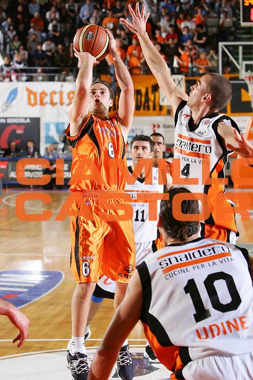 DESCRIZIONE : Udine Lega A1 2005-06 Snaidero Udine Viola Reggio Calabria <br /> GIOCATORE : Capin <br /> SQUADRA : Viola Reggio Calabria <br /> EVENTO : Campionato Lega A1 2005-2006 <br /> GARA : Snaidero Udine Viola Reggio Calabria <br /> DATA : 07/05/2006 <br /> CATEGORIA : Tiro <br /> SPORT : Pallacanestro <br /> AUTORE : Agenzia Ciamillo-Castoria/S.Silvestri <br /> Galleria : Lega Basket A1 2005-2006 <br /> Fotonotizia : Udine Campionato Italiano Lega A1 2005-2006 Snaidero Udine Viola Reggio Calabria <br /> Predefinita :