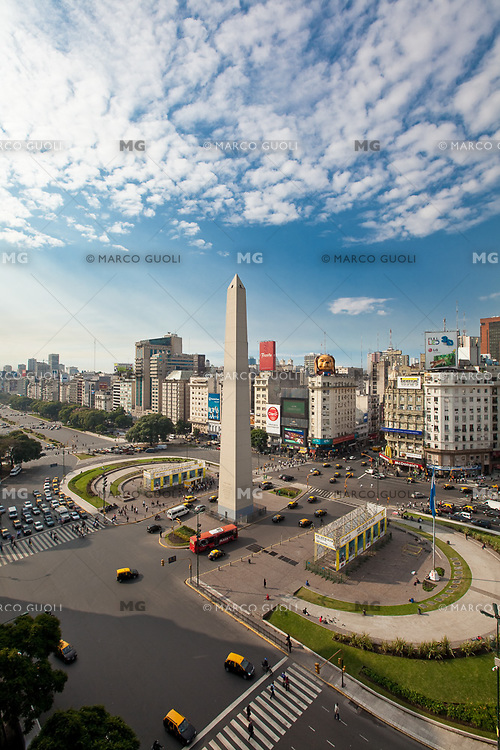 OBELISCO, PLAZA 9 DE JULIO  Y AVENIDA 9 DE JULIO, CIUDAD AUTONOMA DE BUENOS AIRES, ARGENTINA (PHOTO © MARCO GUOLI - ALL RIGHTS RESERVED)
