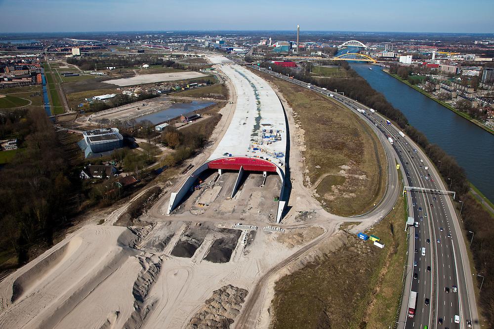 Nederland, Utrecht, Leidsche Rijn, 20-03-2009; aanleg landtunnel A2, ook wel overkluizing A2. De ingang van de tunnel, gezien naar het noorden..De bovengrondse tunnel wordt gebouwd om geluidsoverlast tegen te gaan. Ook verwacht men door aanleg van gebouwen en een park op het dak van de overkapping, de barrierewerking van de snelweg, gelegen tussen Leidsche Rijn en het centrum van Utrecht, tegen te gaan. Ook wordt de snelweg verlegd, verder af van het Amsterdam-Rijnkanaal (rechts in beeld), daardoor ontstaat ruimte voor een woonwijk op de plaats van de oude weg. Construction of a overground tunnel to reduce noise nuisance and overcome the psychological barrier of the motorway between this area en the centre of Utrecht..Swart collectie, luchtfoto (toeslag); Swart Collection, aerial photo (additional fee required); .foto Siebe Swart / photo Siebe Swart