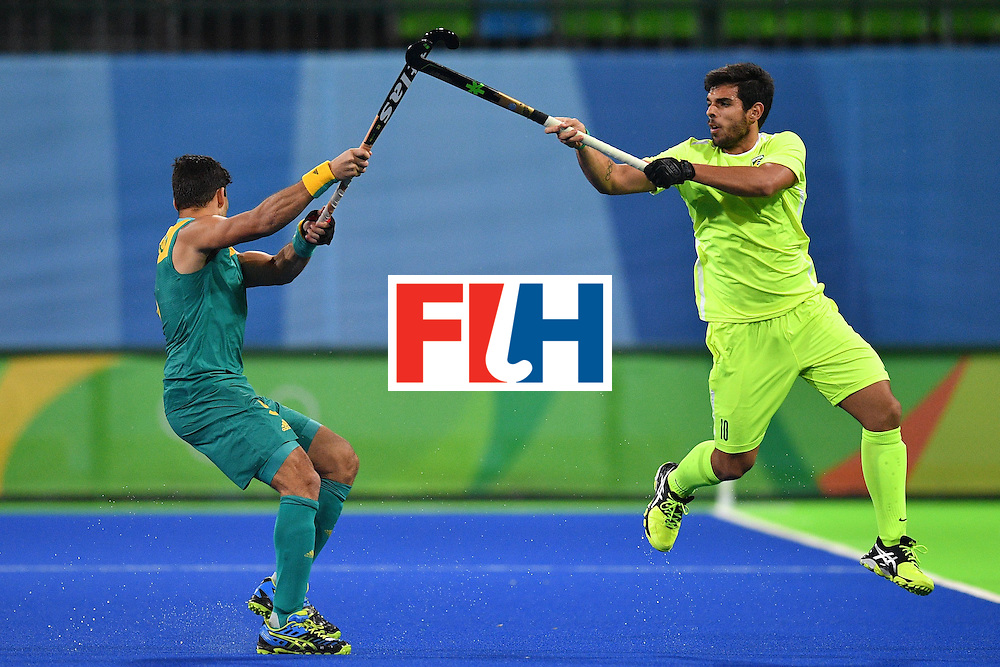 TOPSHOT - Brazil's Matheus Borges (R) and Australia's Chris Ciriello vie during the mens's field hockey Australia vs Brazil match of the Rio 2016 Olympics Games at the Olympic Hockey Centre in Rio de Janeiro on August, 12 2016. / AFP / Carl DE SOUZA        (Photo credit should read CARL DE SOUZA/AFP/Getty Images)
