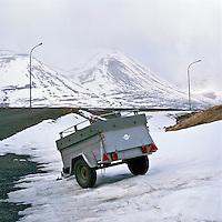 Kerra bíður notkunar á Hofsós. A lonly trailer at Hofsos, North Iceland.