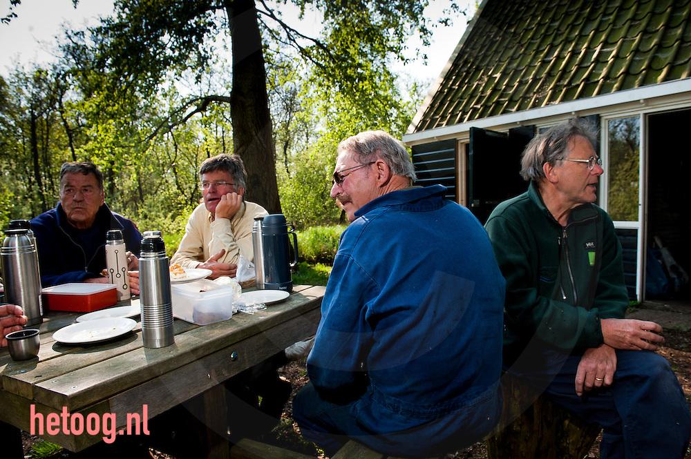 Nederland, nabij Kalenberg/ eendenkooi van Pen. een groep vrijwilligers, allen mannen 65+ restaureren en onderhouden een eendenkooi in het overijsselse Wetering, gelegen in het natuurgebied de wieden beheerd door  staatsbosbeheer. foto: Cees Elzenga