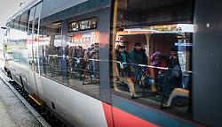 14.10.2015, Bahnhof, Freilassing,GER, Flüchtlingskrise in der EU, im Bild wartende Flüchtlinge am Bahnsteig spiegeln sich in den Fensterscheiben des Sonderzuges // waiting refugees on the platform are reflected in the windows of the special train, Railway Station, Freilassing, Germany on 2015/10/14. EXPA Pictures © 2015, PhotoCredit: EXPA/ JFK