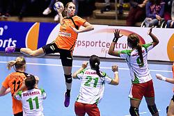 07-10-2015 NED: Kwalificatie EK 2016 Nederland - Bulgarije, Rotterdam<br /> De Nederlandse handbalsters zijn de kwalificatiereeks voor het EK in 2016 begonnen met een monsterzege op Bulgarije. In een volgepakt Topsportcentrum van Rotterdam won Nederland met 45-24 / Lois Abbingh #8