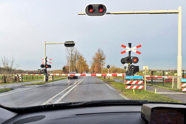 Nederland, Zevenaar, 29-11-2018 Een bewaakte spoorwegovergang. De spoorbomen zijn omlaag en de rode lichten knipperen. Bij deze overgang vond enkele weken geleden een dodelijk ongeluk plaats toen twee mensen opzettelijk op het spoor gingen staan terwijl er een trein aankwam. Het traject is van Arnhem naar Winterswijk. Foto: Flip Franssen