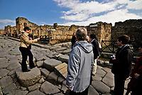2,5 millions de personnes par an visitent le site.<br /> (75 tonnes de déchets par an)<br /> Fondee au vie siecle av. J.-C., elle est detruite en même temps qu'Herculanum, Oplontis et Stabies, lors de l'eruption du Vesuve en l'an 79 apr. J.-C. Enfouie sous plusieurs metres de sediments volcaniques, preservee des intemperies et des pillages, la ville tombe dans l'oubli pendant quinze siecles. Redecouverte fortuitement au XVIIe siecle, l'etat de conservation de l'ancienne cite romaine est remarquable : les fouilles entreprises a partir du XVIIIe siecle permettront d'exhumer une ville florissante, precieux temoignage de l'urbanisme et de la civilisation de la Rome antique. Le site archeologique est classe au patrimoine mondial de l'UNESCO depuis 1997, avec Herculanum et Torre Annunziata.