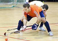 ALMERE - Het Nederlands Zaalhockeyteam oefent voor het WK in Polen. Willem Hertzberger in aktie. ANP COPYRIGHT KOEN SUYK