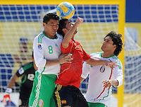 FIFA BEACH SOCCER WORLD CUP 2008 SPAIN - MEXICO   20.07.2008 ANTONIO (ESP, center) against Isaac RODRIGUEZ (l) and Oscar GONZALEZ (MEX).