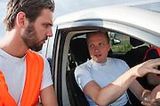 Robert Braam vertelt aan een teamlid waarom hij is gevallen. Op maandagochtend vinden de kwalificaties plaats. Het team slaagt er door valpartijen niet in om de rijders en de VeloX V te kwalificeren. Het Human Power Team Delft en Amsterdam (HPT), dat bestaat uit studenten van de TU Delft en de VU Amsterdam, is in Amerika om te proberen het record snelfietsen te verbreken. Momenteel zijn zij recordhouder, in 2013 reed Sebastiaan Bowier 133,78 km/h in de VeloX3. In Battle Mountain (Nevada) wordt ieder jaar de World Human Powered Speed Challenge gehouden. Tijdens deze wedstrijd wordt geprobeerd zo hard mogelijk te fietsen op pure menskracht. Ze halen snelheden tot 133 km/h. De deelnemers bestaan zowel uit teams van universiteiten als uit hobbyisten. Met de gestroomlijnde fietsen willen ze laten zien wat mogelijk is met menskracht. De speciale ligfietsen kunnen gezien worden als de Formule 1 van het fietsen. De kennis die wordt opgedaan wordt ook gebruikt om duurzaam vervoer verder te ontwikkelen.<br /> <br /> The qualifying on Monday. The team didn't qualify due to crashes. The Human Power Team Delft and Amsterdam, a team by students of the TU Delft and the VU Amsterdam, is in America to set a new  world record speed cycling. I 2013 the team broke the record, Sebastiaan Bowier rode 133,78 km/h (83,13 mph) with the VeloX3. In Battle Mountain (Nevada) each year the World Human Powered Speed Challenge is held. During this race they try to ride on pure manpower as hard as possible. Speeds up to 133 km/h are reached. The participants consist of both teams from universities and from hobbyists. With the sleek bikes they want to show what is possible with human power. The special recumbent bicycles can be seen as the Formula 1 of the bicycle. The knowledge gained is also used to develop sustainable transport.
