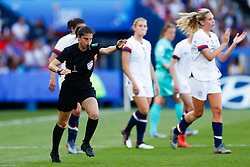 2019?6?17?.   ???????????——F??????????.    6?16??????????Riem Hussen???VAR??????????????????  .   ?????????????????2019??????????F??????????3?0??????.   ?????????..SP-FRANCE-PARIS-FIFA WOMEN'S WORLD CUP-GROUP F-USA-CHILE.(1906017) -- PARIS, June 17, 2019  The referee Riem Hussen gives a penalty for the United States after a VAR check during the Group F match between the United States and Chile at the 2019 FIFA Women's World Cup in Parc des Princes in Paris, France, June 16, 2019.  The United States won 3-0. (Credit Image: © Xinhua via ZUMA Wire)