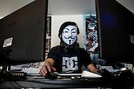 L'Hikikomori con la maschera di Anonymus. Il rifiuto della società ha spesso i tratti di una ribellione silenziosa