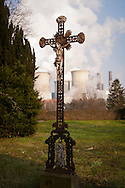 DEU, Germany, North Rhine-Westphalia, Bergheim, cemetery in the district Auenheim, in the background the brown coal power station Niederaussem. - <br /> <br /> DEU, Deutschland, Nordrhein-Westfalen, Bergheim, Friedhof im Stadtteil Auenheim, im Hintergrund das Braunkohlekraftwerk Niederaussem.