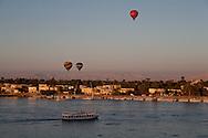 Egypt. Louxor - baloon on the Nile river, Thebes side  Louxor - Egypte    /  montgolfiere sur le nil , la rive thebaine  Louqsor - Egypt   /  LOUX016