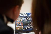 Ari Carl og mamma virða fyrir sér Star Wars legoið.