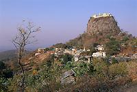 Myanmar (ex Birmanie), Province de Mandalay, Site de Pagan ou Bagan, Patrimoine mondial UNESCO Mont Popa // Myanmar (Burma), Mandalay Province, Pagan or Bagan, Unesco world heritage, Mont Popa