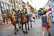 Nederland, Nijmegen, 21-7-2016 Politie te paard surveilleert tijdens de vierdaagsefeesten, zomerfeesten om o.a. het publiek te observeren en indien nodig te sturen. De vierdaagsefeesten zijn het grootste evenement van Nederland en duren een hele week. Foto: Flip Franssen
