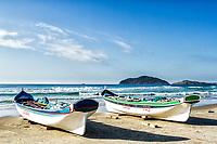 Barcos de pesca na areia na Praia do Santinho. Florianópolis, Santa Catarina, Brasil. / Fishing boats on the sand at Santinho Beach. Florianopolis, Santa Catarina, Brazil.