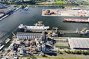 Nederland, Noord-Holland, Amsterdam, 27-09-2015; Amsterdam-West, Westelijk Havengebied. Westpoort, Havengebied Amsterdam met zicht op de Vlothaven en Coenhavenweg. Vrachtschip voor de kade bij Cargill.<br /> Port of Amsterdam with freighter on the quay at Cargill. <br /> luchtfoto (toeslag op standard tarieven);<br /> aerial photo (additional fee required);<br /> copyright foto/photo Siebe Swart