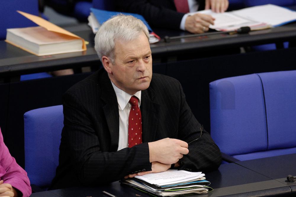 09 FEB 2006, BERLIN/GERMANY:<br /> Hermann Kues, CDU, Parl. Staatssekretaer im Bundesfamilienministerium, waehrend einer Bundestagsdebatte, Plenum, Deutscher Bundestag<br /> IMAGE: 20060209-02-023