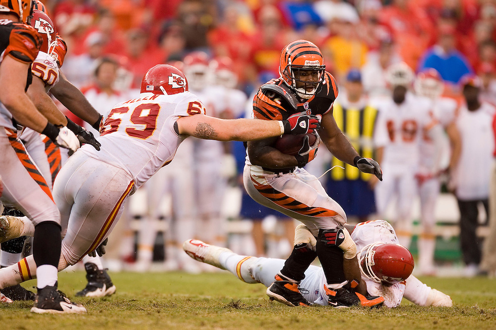 KANSAS CITY, MO - SEPTEMBER 10:  Running back Rudi Johnson of the Cincinnati Bengals is almost grabbed by defensive end Jared Hicks of the Kansas City Chiefs on September 10, 2006 at Arrowhead Stadium in Kansas City, Missouri..The Bengals won 23 to 10.  (Photo by Wesley Hitt/Getty Images)***Local Caption*** Rudi Johnson
