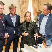NLD/Den Haag/20190919 - Prinses Margarita exposeert op Masterly The Hague, Prinses Margarita geeft uitleg over haar ontworpen oranje vaasje '75 jaar vrijheid'  aan Jan Peter Balkenende, Prins Pieter Christiaan, Alexander Pechteld