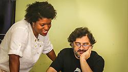 PORTO ALEGRE, RS, BRASIL, 21-01-2017, 12h22'57&quot;:  Desiree dos Santos, 32, discute um projeto com o f&iacute;sico e programador Vlademir PIana de Castro, 53, no espa&ccedil;o Matehackers Hackerspace, da Associa&ccedil;&atilde;o Cultural Vila Flores, no bairro Floresta da capital ga&uacute;cha. A  Consultora de Desenvolvimento de Software na empresa ThoughtWorks fala sobre as dificuldades enfrentadas por mulheres negras no mercado de trabalho.<br /> (Foto: Gustavo Roth / Ag&ecirc;ncia Preview) &copy; 21JAN17 Ag&ecirc;ncia Preview - Banco de Imagens