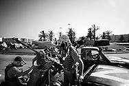 TRIPOLI. UN GRUPPO DI RIBELLI NEL CENTRO DELLA CITTA' DI TRIPOLI A BORDO DI AUTO FUORI STRADA ARMATE DI MITRAGLIATRICI;