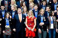 DEN HAAG - Koning Willem-Alexander en Koningin Maxima samen met alle olympische medaille winnaars van Sochi op de trappen van paleis Noordeinde . COPYRIGHT ROBIN UTRECHT
