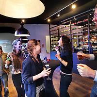 """Nederland, Amsterdam , 28 februari 2014.<br /> DE ZUIDAS IN ACTIE VOOR DAK- EN THUISLOZEN.<br /> Voor het eerst gaan ondernemingen op de Amsterdamse Zuidas geld inzamelen voor Amsterdamse dak- en thuislozen. Op het """"Warm Hart event komen bedrijven, op vrijdagmiddag aanstaande, in actie voor hun kwetsbare stadsgenoten. <br /> <br /> Warm Hart is een eenmalig borrelevent op de Zuidas. Zoals elke vrijdag borrelen bedrijven om het weekend in te luiden, maar deze vrijdag borrelt de Zuidas voor het goede doel. DJ Kid Sublime draait mee voor kwetsbare stadsgenoten om de zakelijke Zuidasmens warm te dansen. <br /> <br /> Het event is een initiatief van de Amsterdamse Regenboog Groep. Deze zamelt tijdens de happening geld in voor de maaltijdverstrekking aan dak- en thuislozen, voor onderbroeken, sokken en andere items zoals tandpasta, scheerschuim en zeep. Ondernemingen als 'Pakkend', 'la Dress' en Lavazza' sponsoren een pak, een jurk en een espressomachine voor een bijzondere loting met nog veel meer prijzen. <br /> <br /> """"Warm hart is borrelen voor de Amsterdamse medemens"""", zegt initiatiefneemster Nina ter Beek van De Regenboog Groep. """"De opbrengsten van de borrel gaan naar basiszaken die hard nodig zijn voor een menswaardig bestaan als dakloze in Amsterdam."""" Het Warm Hart event vindt aanstaande vrijdag 28 februari plaats, bij restaurant Nine, Arnold Schonberglaan 9, vanaf 17.00 tot 23.00. Vooraf aanmelden voor het event is niet nodig.<br /> <br /> Foto:Jean-Pierre Jans"""