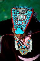 Inde - Province du Jammu Cachemire -  Ladakh - Femme portant la perak, coiffe traditionnelle du Ladakh - Turquoise et coraux // India. Province of  Jammu Cachemire. Ladakh . Woman with a perak, traditional cap of Ladakh. Turquoise and coral.