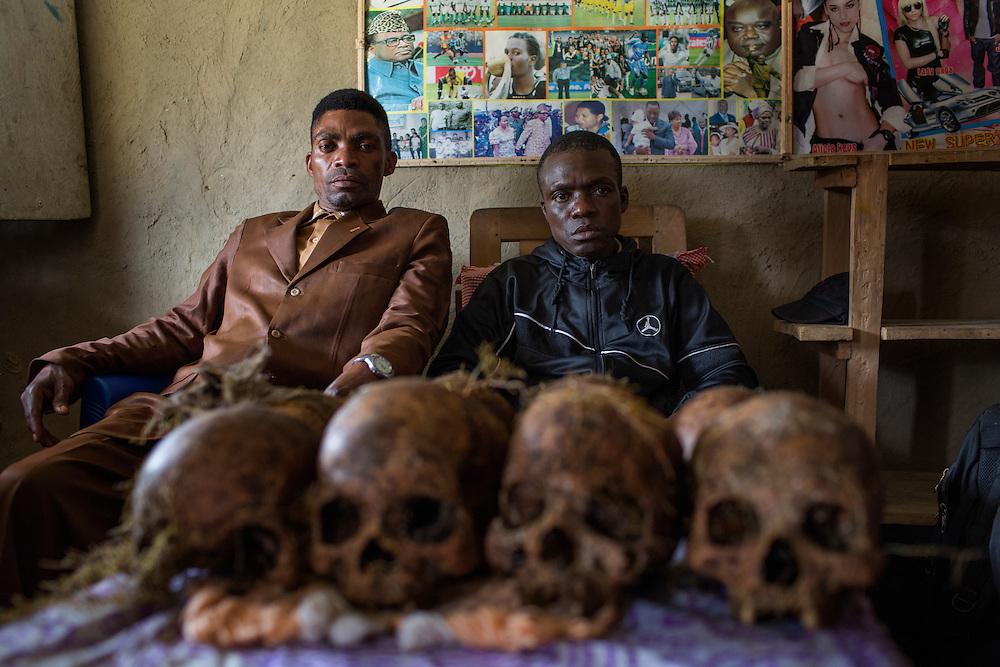 NDuma, Congo<br /> <br /> En av rebell gruppen RM, Raia Mutomboki, f&auml;sten &auml;r i byn NDuma.<br /> Kazimoto Masudi, th, &auml;r ledare f&ouml;r gruppen i byn. <br /> H&auml;r poserar han tillsammans med vice ledaren och visar upp kranier efter en massaker som var i byn.<br /> <br /> Photo: Niclas Hammarstr&ouml;m