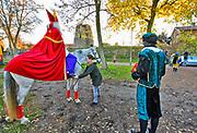 Nederland, Milsbeek, 17-11-2018Sinterklaas en zwarte Piet bereiden zich voor op hun intocht. Kinderen lopen voorbij naar de verzamelplaats.Foto: Flip Franssen