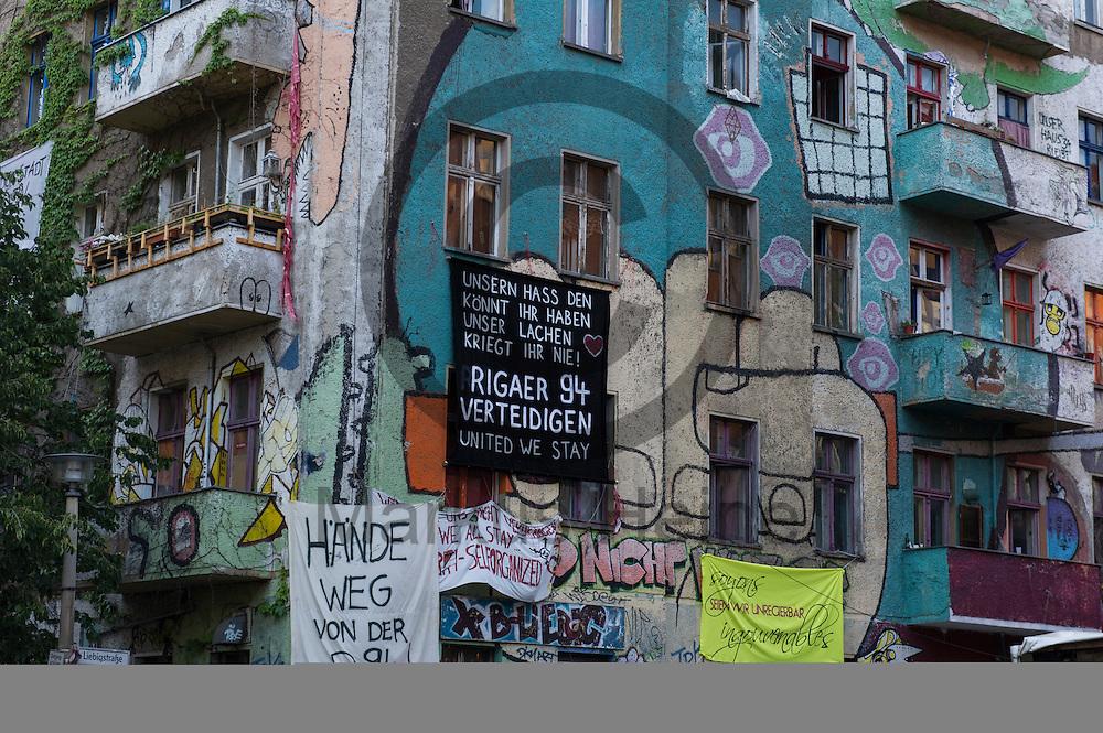 Solidarit&auml;tstransparente h&auml;ngen w&auml;hrend Demonstration auf dem Dorfplatz in der Rigaer Stra&szlig;e am 05.07.2016 in Berlin, Deutschland an der Fassade der Liebigstra&szlig;e 34. Wegen des andauernden Polizeieinsatzes und der Teilr&auml;umung des besetzten Haus in der Rigaer Stra&szlig;e 94 gibt es in der Stra&szlig;e immer wieder Demonstrationen und Aktionen. Foto: Markus Heine / heineimaging<br /> <br /> ------------------------------<br /> <br /> Ver&ouml;ffentlichung nur mit Fotografennennung, sowie gegen Honorar und Belegexemplar.<br /> <br /> Bankverbindung:<br /> IBAN: DE65660908000004437497<br /> BIC CODE: GENODE61BBB<br /> Badische Beamten Bank Karlsruhe<br /> <br /> USt-IdNr: DE291853306<br /> <br /> Please note:<br /> All rights reserved! Don't publish without copyright!<br /> <br /> Stand: 07.2016<br /> <br /> ------------------------------