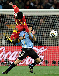 02.07.2010, Soccer City Stadium, Johannesburg, RSA, FIFA WM 2010, Viertelfinale, Uruguay (URU) vs Ghana (GHA) im Bild Luis Suarez (Uruguay) e Isaac Vorsah (Ghana)., EXPA Pictures © 2010, PhotoCredit: EXPA/ InsideFoto/ Perottino, ATTENTION! FOR AUSTRIA AND SLOVENIA ONLY!