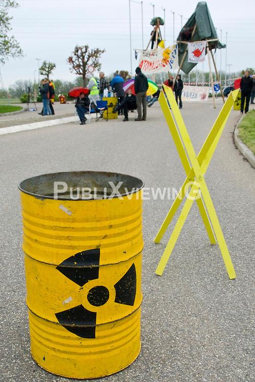 In den fr&uuml;hen Morgenstunden des 29. April 2013 wurde die Zufahrt des Atomkraftwerk Neckarwestheim blockiert. Mehrere Menschen haben sich mit sechs Meter hohen Tripods (Dreibeinen) in der Einfahrt verfestigt. Die etwa 30 AKW-GegnerInnen aus regionalen und &uuml;berregionalen Anti-Atom-Zusammenh&auml;ngen protestierten mit dieser Aktion gegen die aktuelle Atompolitik. <br /> <br /> Ort: Neckarwestheim<br /> Copyright: Angela Berger<br /> Quelle: PubliXviewinG