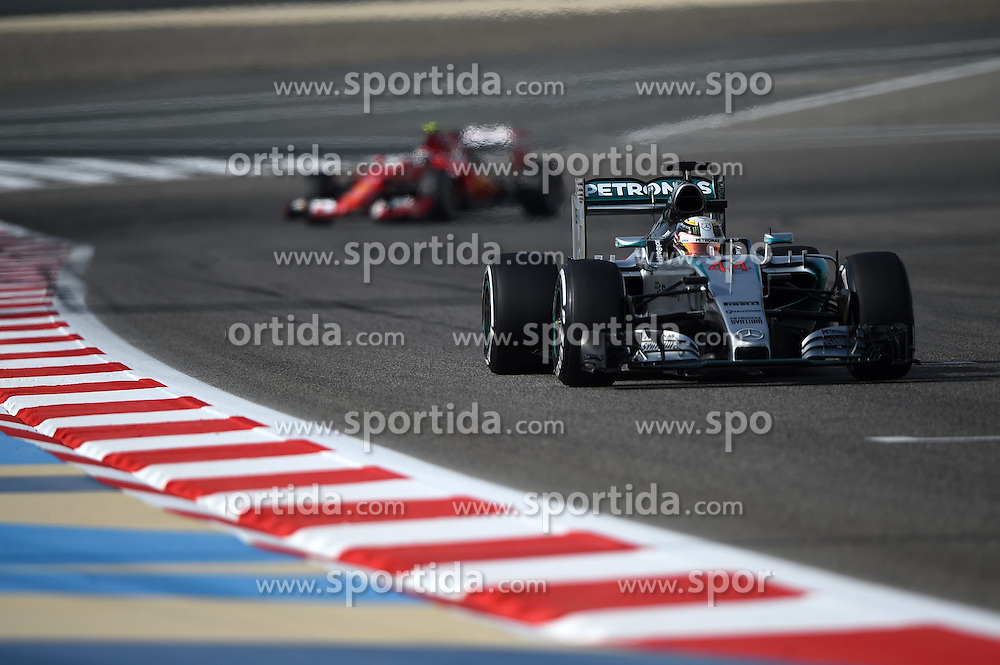 18.04.2015, International Circuit, Sakhir, BHR, FIA, Formel 1, Grand Prix von Bahrain, Qualifying, im Bild Lewis Hamilton (GBR) Mercedes AMG F1 W06 // during Qualifying of the FIA Formula One Bahrain Grand Prix at the International Circuit in Sakhir, Bahrain on 2015/04/18. EXPA Pictures &copy; 2015, PhotoCredit: EXPA/ Sutton Images/ Mark<br /> <br /> *****ATTENTION - for AUT, SLO, CRO, SRB, BIH, MAZ only*****