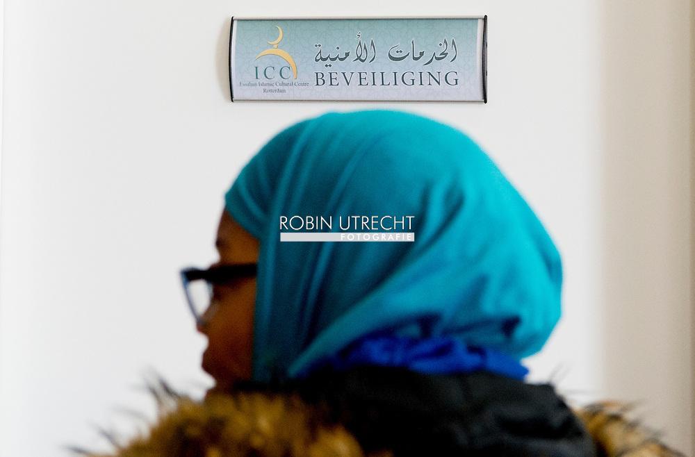 ROTTERDAM - imam Azzedine Karrat met de brief in de essalam mosee in rotterdam ROTTERDAM - Imam Azzedine Karrat van de Essalam Moskee toont de recent ontvangen dreigbrief. Meerdere moskeeen in Nederland hebben een dreigende brief gekregen. Daarop staan een hakenkruis en de adelaar van nazi-Duitsland afgebeeld, vergezeld van de tekst Binnenkort hoog bezoek!! Varkens. Anti-islam. Islam is valse en duivelse religie. COPYRIGHT ROBIN UTRECHT