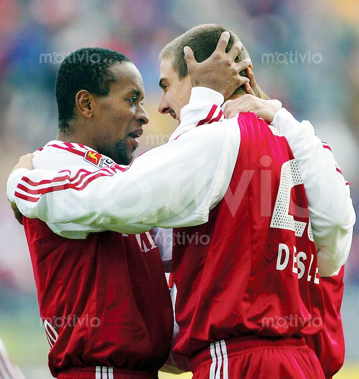 FUSSBALL Bundesliga 2003/2004 10. Spieltag FC Bayern Muenchen 4-1 1. FC Kaiserslautern Ze Roberto (li) jubelt mit Sebastian Deisler nach dem 1:0 durch Deisler