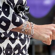 NLD/Utrecht/20190909 - Máxima aanwezig bij congres 'Kom uit je schuld', Armbanden koningin Maxima