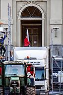 DEN HAAG - Verhuizing Huis ten Bosch in volle gang Verhuizers aan de slag bij Paleis Huis ten Bosch. Koning Willem-Alexander en zijn familie zijn tijdens de kerstvakantie verhuisd van Villa Eikenhorst in Wassenaar naar Paleis Huis ten Bosch in Den Haag, 6 kilometer verderop.  ROBIN UTRECHT 2019 activiteit architectuur attractie bezienswaardigheid bouwwerk cultuur den eeuw eeuws eeuwse familie gebouw gereed gerenoveerd gerestaureerd haag holland hollands-classicistisch huis kh koning koningshuis koningshuizen koninklijk koninklijke kunst kwa monarchie monument monumentaal monumentale nederland nederlands nederlandse opgeknapt oranjes paleis pand rijksmonument staatshoofd toeristische touristische verbouwd verhuiswagen verhuizers verhuizing vorst zeventiende