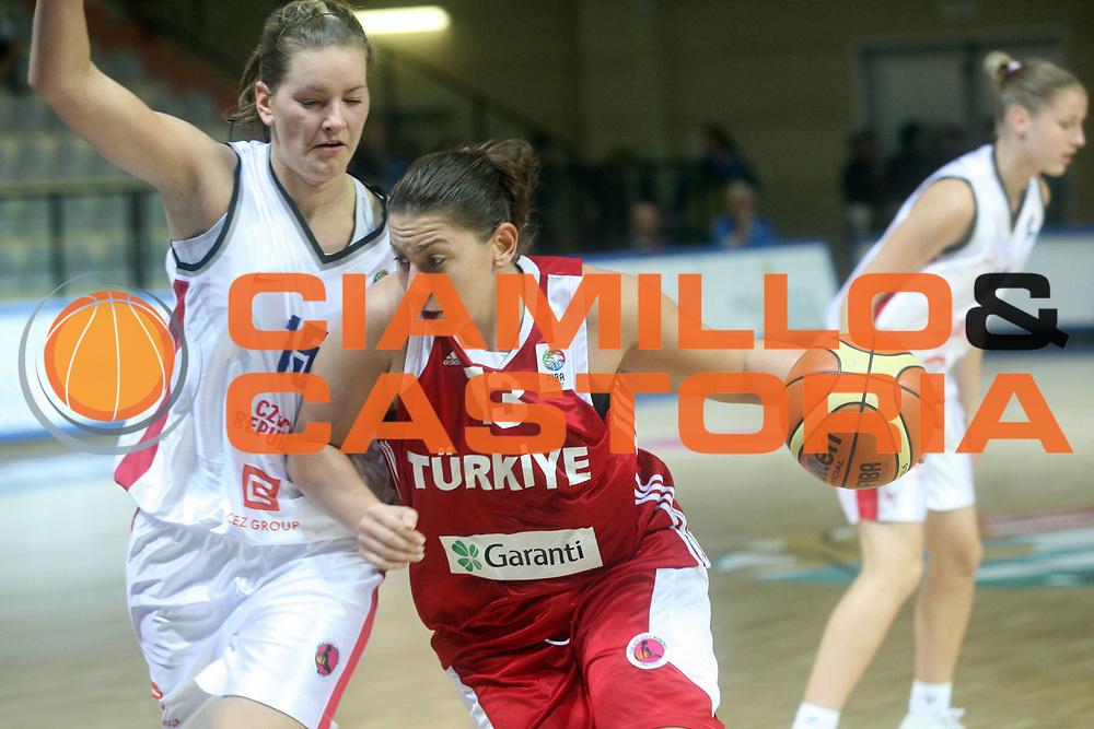 DESCRIZIONE : Vasto Italy Italia Eurobasket Women 2007 Repubblica Ceca Turchia Czech Republic Turkey <br /> GIOCATORE : Yasemin Horasan <br /> SQUADRA : Repubblica Ceca Czech Republic <br /> EVENTO : Eurobasket Women 2007 Campionati Europei Donne 2007<br /> GARA : Repubblica Ceca Turchia Czech Republic Turkey <br /> DATA : 25/09/2007 <br /> CATEGORIA : Penetrazione <br /> SPORT : Pallacanestro <br /> AUTORE : Agenzia Ciamillo-Castoria/G.Landonio <br /> Galleria : Eurobasket Women 2007 <br /> Fotonotizia : Vasto Italy Italia Eurobasket Women 2007 Repubblica Ceca Turchia Czech Republic Turkey <br /> Predefinita :