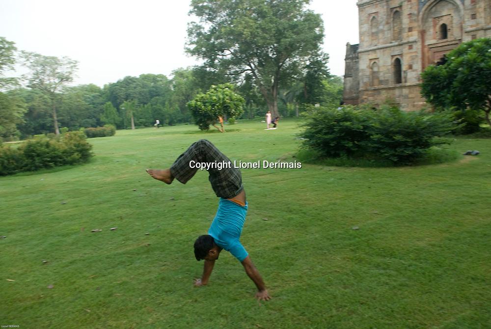 Lhodi gardens, New Delhi where lots of Delhiites come early morning to practice yoga and different sports. Les jardins de Lhodi ou les Delhiites vont tot le matin pour pratiquer le yoga et autres sports.