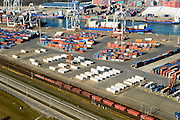 Nederland, Zuid-Holland, Rotterdam, 18-02-2015. kolentrein op Betuweroute rijdt richting Maasvlakte en passeert Prins Willem Alexanderhaven (Eemhaven). Shortsea hub, overslag van containers. <br /> Freight railway tracks and city harbours, short sea hub with container terminals.<br /> luchtfoto (toeslag op standard tarieven);<br /> aerial photo (additional fee required);<br /> copyright foto/photo Siebe Swart