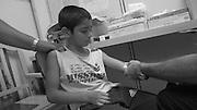 Criança Ivan \Michel Silva fazendo exame de sangue para verificar doença de Chagas no Hospital de Niños, em Buenos Aires , Argentina. Pai - Miguel Ângelo Silva