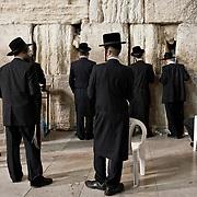 """Jérusalem, israël, le 17 avril 2011 - la veille de """"Pessah"""", la pâque juive, des fidèles prient devant le mur des lamentations."""