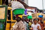 LAGOS nigeria dagelijks leven op straat in. nigeria  <br /> Koningin Maxima bezoekt Nigeria voor toegang tot financiële diensten Koningin Máxima bezoekt van maandagavond 30 oktober tot en met donderdag 2 november de Federale Republiek Nigeria in haar functie van speciale pleitbezorger van de secretaris-generaal van de Verenigde Naties voor inclusieve financiering voor ontwikkeling. Nigeria heeft sinds 2012 een Nationale Strategie voor Inclusieve Financiering voor betaalbare en goede toegang tot financiële diensten. Met als doel bij te dragen aan de economische ontwikkeling van de bevolking.<br /> Koningin Maxima was in 2012 in haar VN functie aanwezig bij de lancering van deze nationale strategie Het huidige bezoek richt zich met name op de mogelijkheden om het proces van verbetering van toegang tot financiële diensten te versnellen. Zowel de centrale als de decentrale overheden hebben hierin een belangrijke regierol. Daarnaast bieden uitbreiding van het aantal bankagentschappen en digitalisering van financiële diensten goede mogelijkheden om meer mensen aan te laten sluiten op formele financiële diensten. Volgens cijfers van de Nigeriaanse financiële ontwikkelingsorganisatie EFInA (Enhancing Financial Innovation & Access) zijn er regionaal grote verschillen. Gemiddeld heeft 48,6% van de volwassenen in het land toegang tot financiële diensten.<br /> In het meer afgelegen noordwesten is dit echter slechts 24%, terwijl in het zuiden 78% van de bevolking toegang heeft tot een bank- of spaarrekening, leningen, verzekeringen en pensioenen. ROBIN UTRECHT